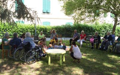 Nidi e case di riposo insieme: incontri intergenerazionali che fanno bene!