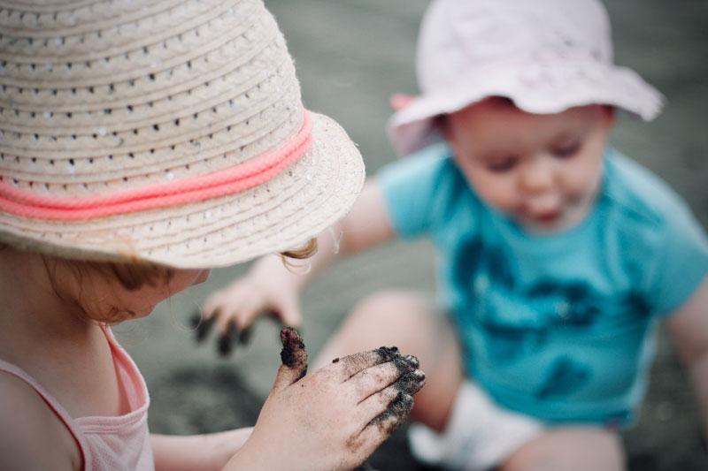 Pollicino, Micromondi sotto/sopra in spiaggia